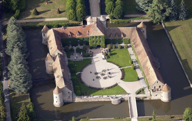 Golf-reizen-frankrijk-regio-parijs-Chateau-de-Villiers-le-Mahieu-drone-villa-kasteel-binnenplaats-golf-expedition