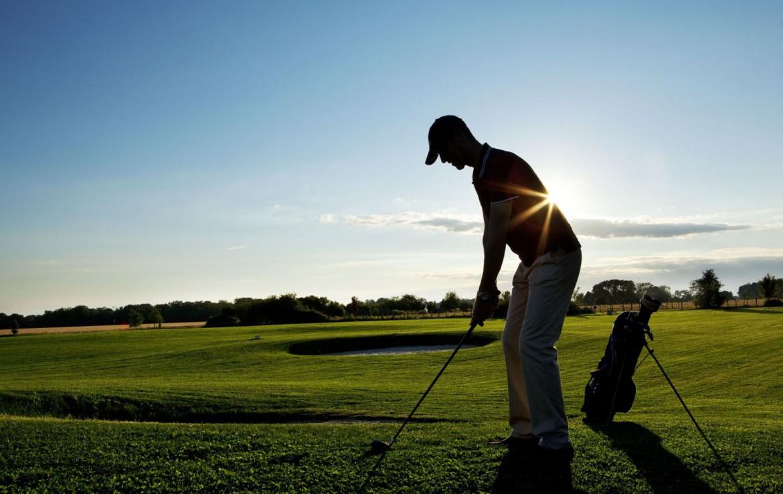 Golf-reizen-frankrijk-regio-parijs-Chateau-de-Villiers-le-Mahieu-golfbaan-met-golfer-golf-expedition