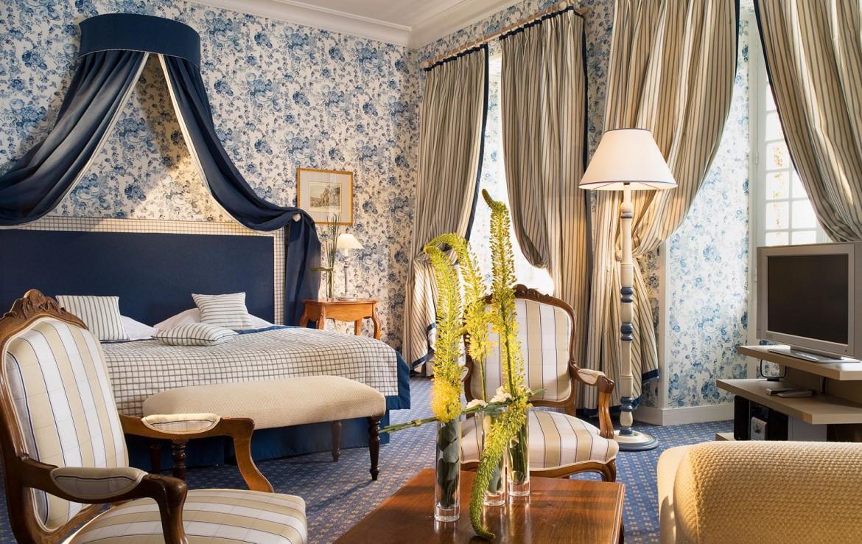 Golf-reizen-frankrijk-regio-parijs-Chateau-de-Villiers-le-Mahieu-klassiek-blauwe-slaapkamer-met-tv-golf-expedition
