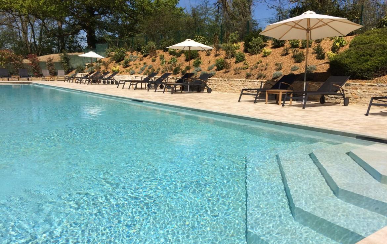 Golf-reizen-frankrijk-regio-parijs-Chateau-de-Villiers-le-Mahieu-luxe-zwembad-met-ligbedden-parasol-golf-expedition