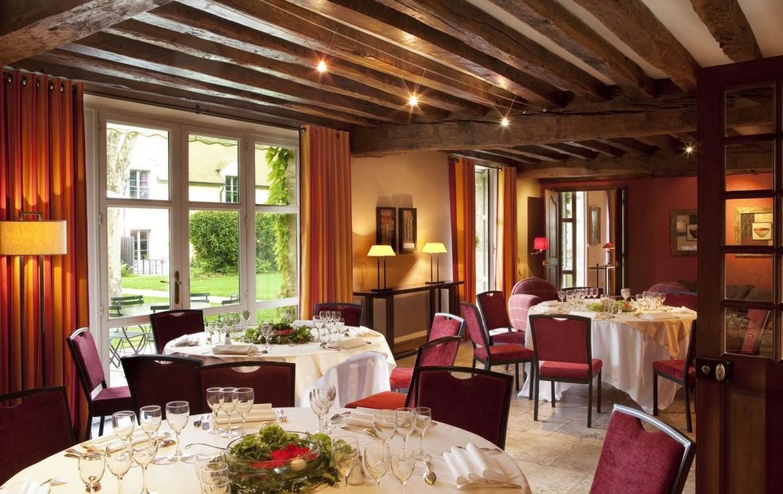 Golf-reizen-frankrijk-regio-parijs-Chateau-de-Villiers-le-Mahieu-restaurant-met-gedekte-tafels-golf-expedition