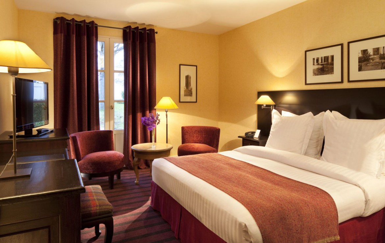 Golf-reizen-frankrijk-regio-parijs-Chateau-de-Villiers-le-Mahieu-slaapkamer-rood-interieur-bureau-stoelen-en-tv-golf-expedition