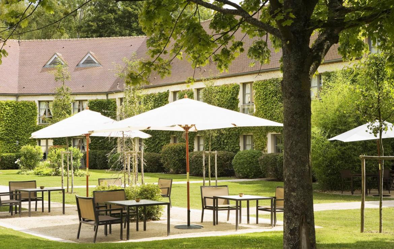 Golf-reizen-frankrijk-regio-parijs-Chateau-de-Villiers-le-Mahieu-terras-lounge-golf-expedition