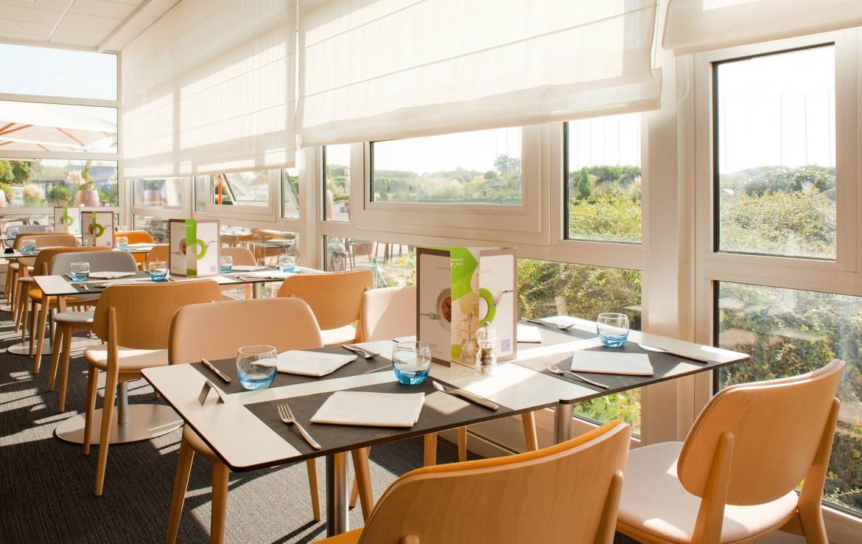 Golf-reizen-frankrijk-regio-parijs-Novotel-Saint-Quentin-Golf-National--ontbijt-kamer-uitzicht-op-golfbaan-golf-expedition