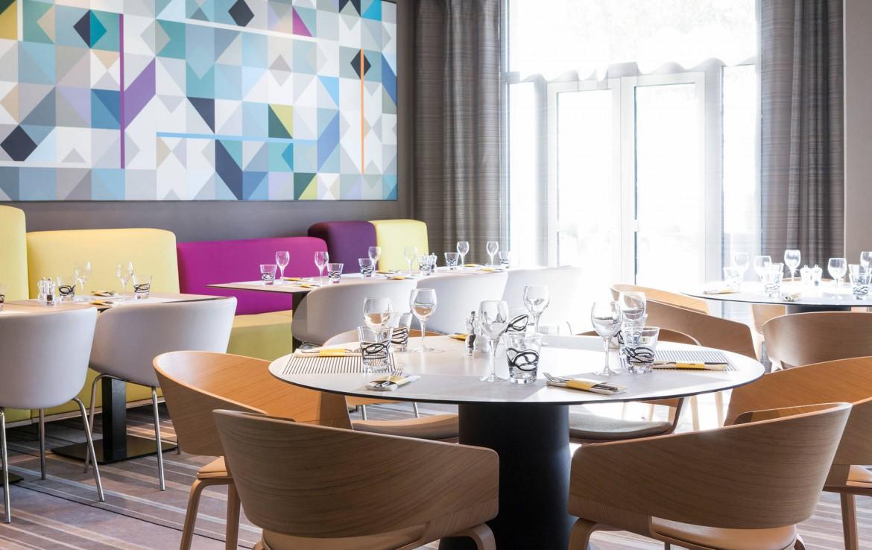 Golf-reizen-frankrijk-regio-parijs-Novotel-Saint-Quentin-Golf-National-restaurant-zit-ruimte-golf-expedition