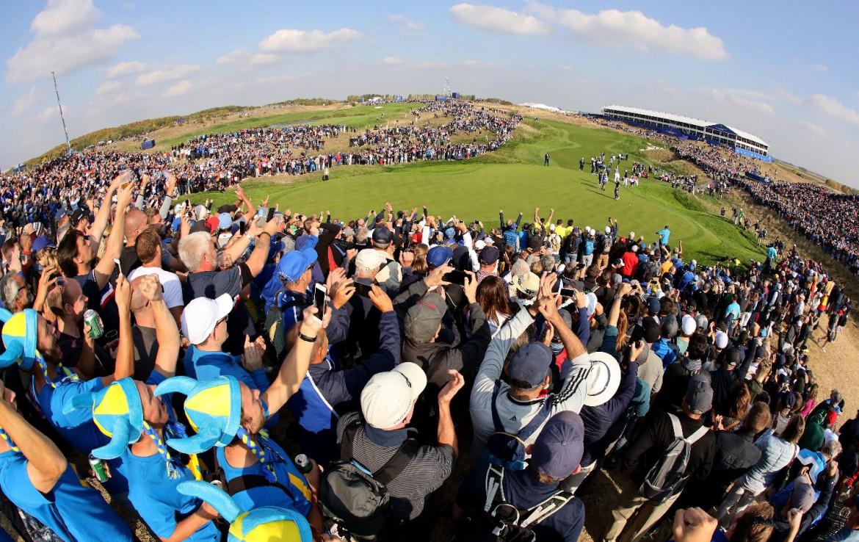 Golf-reizen-frankrijk-regio-parijs-Novotel-Saint-Quentin-Golf-National-supporters-toeschouwers-bij-golfwedstrijd-golf-expedition