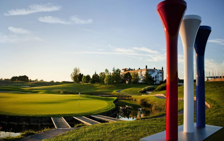 Golf-reizen-frankrijk-regio-parijs-Novotel-Saint-Quentin-Golf-National-uitzicht-op-golfbaan-en-novotel-golf-expedition