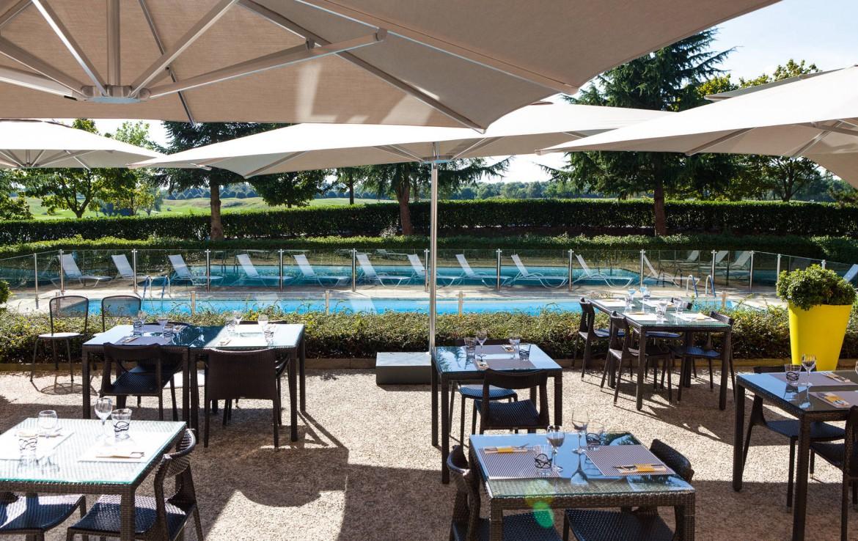 Golf-reizen-frankrijk-regio-parijs-Novotel-Saint-Quentin-Golf-National-uitzicht-op-zwembad-vanuit-hotel-golf-expedition