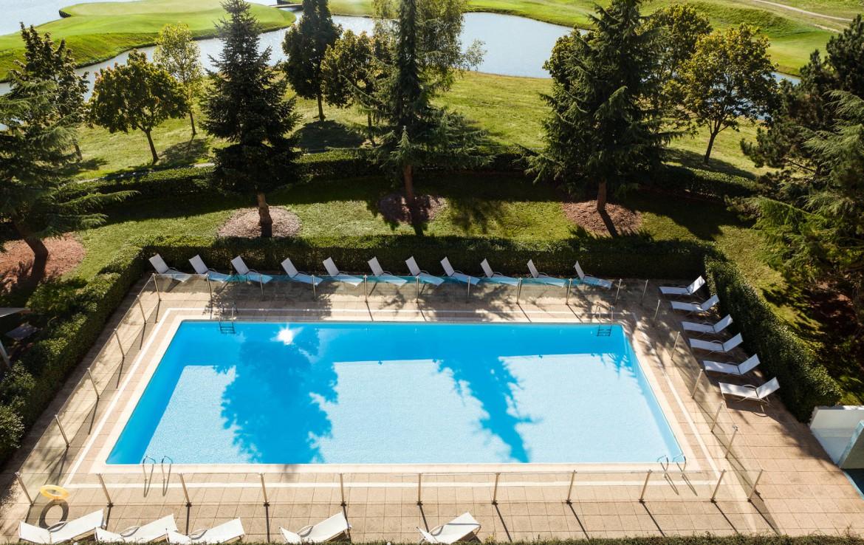 Golf-reizen-frankrijk-regio-parijs-Novotel-Saint-Quentin-Golf-National-zwembad-drone-ligbedden-bomen-omgeving-golf-expedition