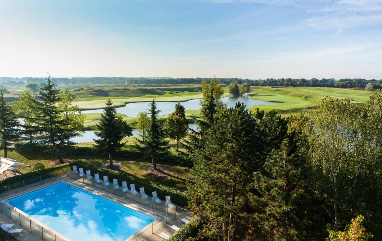 Golf-reizen-frankrijk-regio-parijs-Novotel-Saint-Quentin-Golf-National-zwembad-en-golfbanen-prachtige-omgeving-golf-expedition