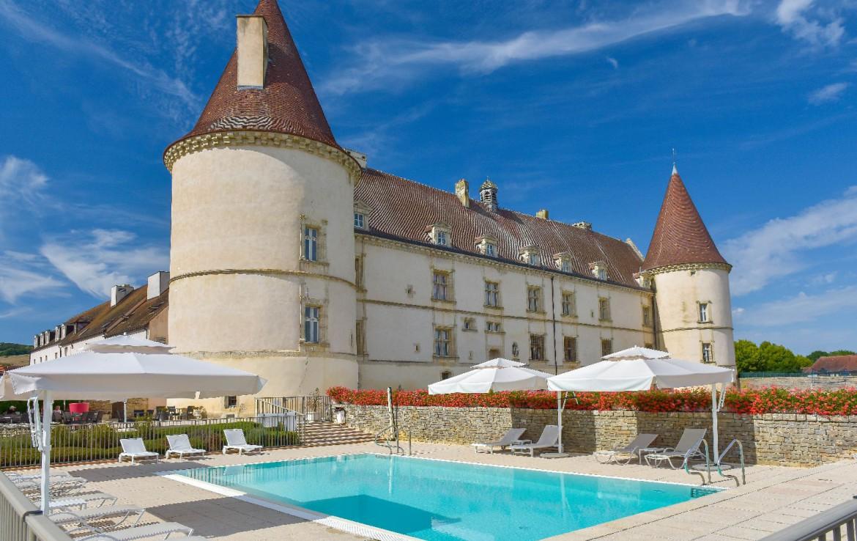 golf-expedition-golf-reis-Frankrijk-Bourgogne-Chateau-de-Chailly-buitenaanzicht-zwembad-kasteel-hotel-gebouw.jpg