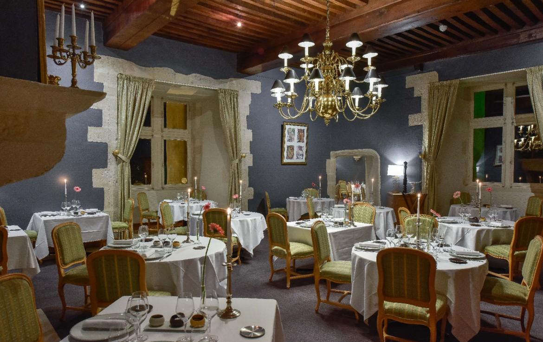 golf-expedition-golf-reis-Frankrijk-Bourgogne-Chateau-de-Chailly-eetkamer-stoelen-tafels.jpg