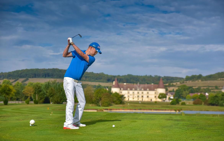 golf-expedition-golf-reis-Frankrijk-Bourgogne-Chateau-de-Chailly-golfer-gebouw-hotel-uitzicht.jpg