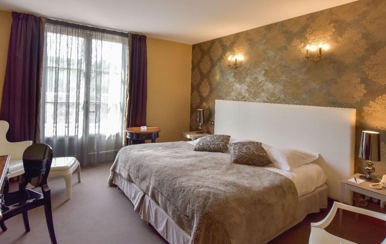 golf-expedition-golf-reis-Frankrijk-Bourgogne-Chateau-de-Chailly-slaapkamer-bed-stoelen-raam-bed-kussens.jpg