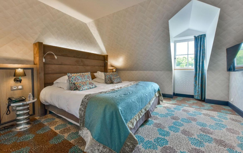 golf-expedition-golf-reis-Frankrijk-Bourgogne-Chateau-de-Chailly-slaapkamer-uitzicht-bed-slapen-luxe.jpg