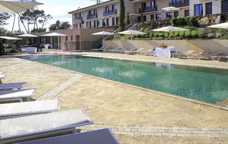 golf-expedition-golf-reis-Frankrijk-hotel-mercure-barbaroux-golf-en-spa-zwembad-ligbed.jpg