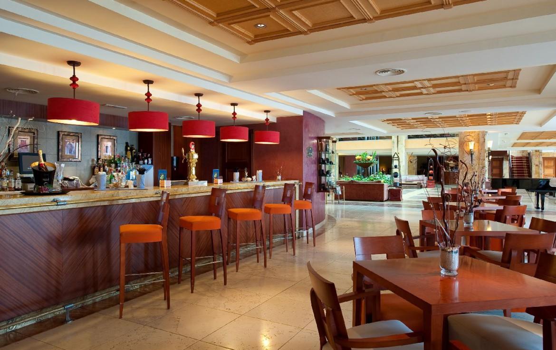 golf-expedition-golf-reis-Spanje-Regio-malaga-Elba-Estepona-Gran-Hotel-Thalasso-Spa-bar-eetruimte-tafel