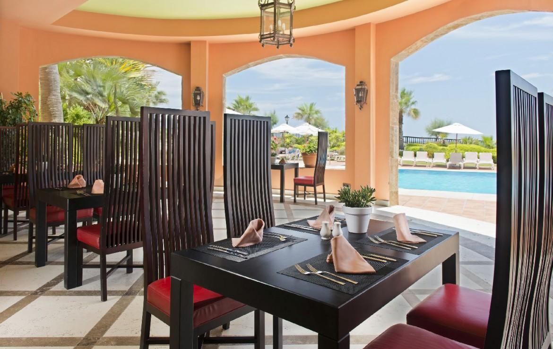 golf-expedition-golf-reis-Spanje-Regio-malaga-Elba-Estepona-Gran-Hotel-Thalasso-Spa-terras-zwembad-tafel-stoelen