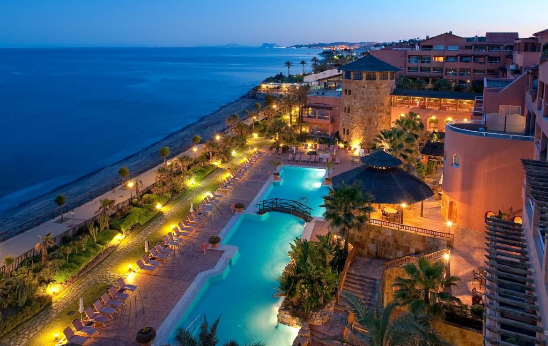 golf-expedition-golf-reis-Spanje-Regio-malaga-Elba-Estepona-Gran-Hotel-Thalasso-Spa-uitzicht-topview-bovenaanzicht-zee-zwembad-nacht