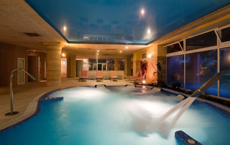 golf-expedition-golf-reis-Spanje-Regio-malaga-Elba-Estepona-Gran-Hotel-Thalasso-Spa-zwembad-bedjes
