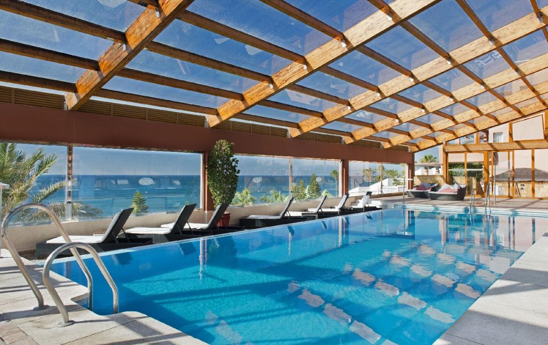 golf-expedition-golf-reis-Spanje-Regio-malaga-Elba-Estepona-Gran-Hotel-Thalasso-Spa-zwembad-bedjes-terras-lounge-zee-uitzicht