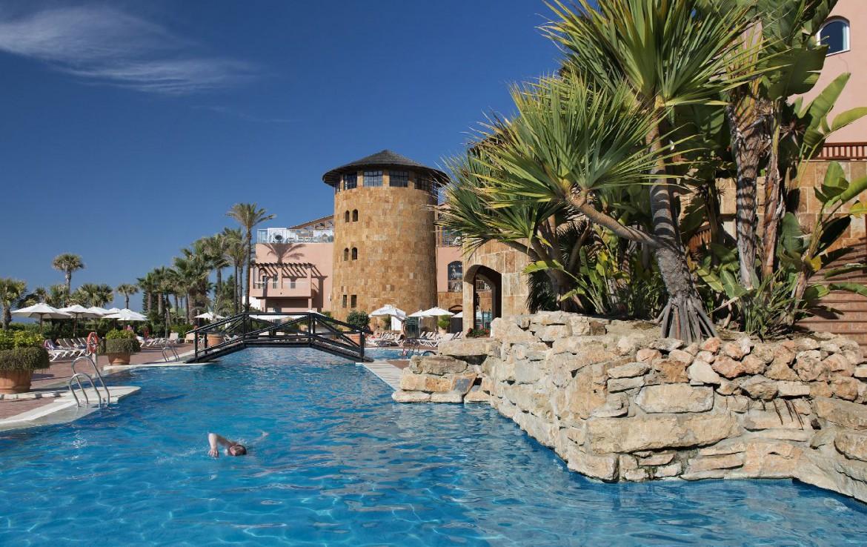 golf-expedition-golf-reis-Spanje-Regio-malaga-Elba-Estepona-Gran-Hotel-Thalasso-Spa-zwembad-brug-gebouw-toren