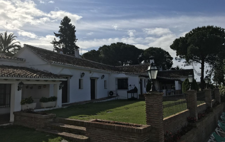 golf-expedition-golf-reis-spanje-Regio-Malaga-Alhaurin-Golf-Resort-achterkant-terras-bedjes