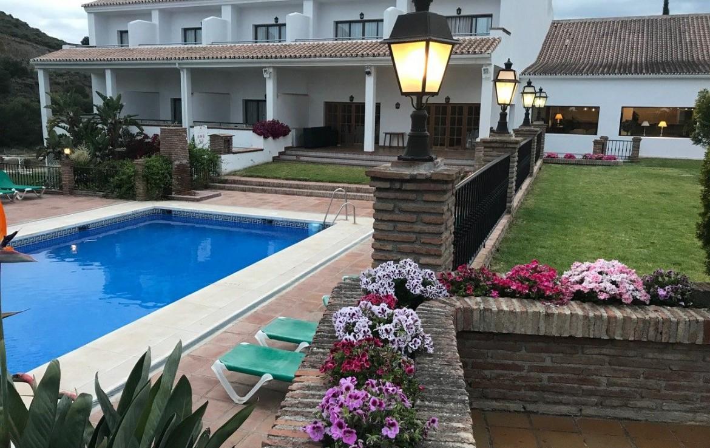 golf-expedition-golf-reis-spanje-Regio-Malaga-Alhaurin-Golf-Resort-gebouw-zwembad-bloemen-pand-kamers-modern