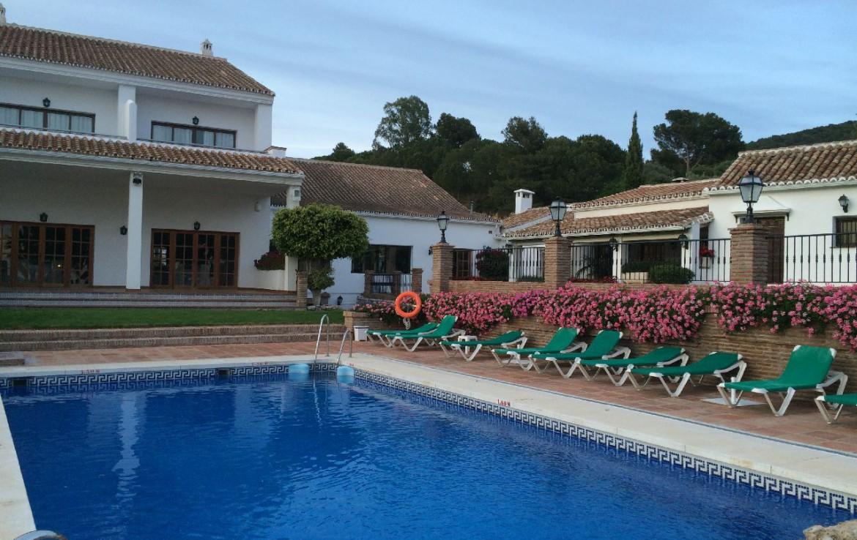golf-expedition-golf-reis-spanje-Regio-Malaga-Alhaurin-Golf-Resort-golf-expedition-golf-reis-spanje-Regio-Malaga-Alhaurin-Golf-Resort-zwembad-bedjes-gebouw-bloemen