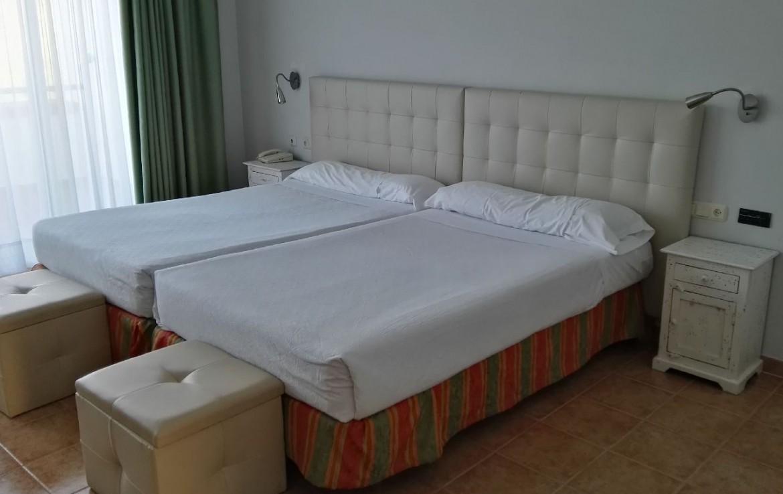 golf-expedition-golf-reis-spanje-Regio-Malaga-Alhaurin-Golf-Resort-poef-bed-slaapkamer-nachtkasje