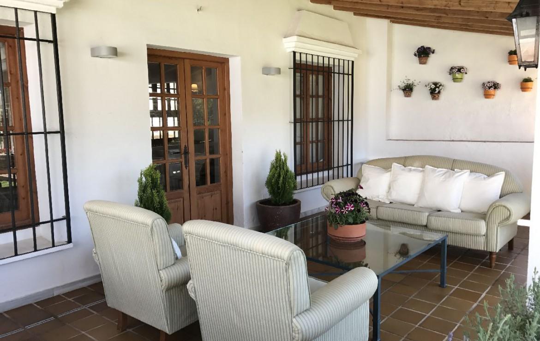 golf-expedition-golf-reis-spanje-Regio-Malaga-Alhaurin-Golf-Resort-terras-bank-stoelen-plantje