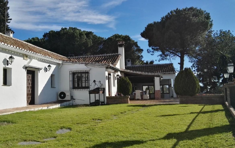 golf-expedition-golf-reis-spanje-Regio-Malaga-Alhaurin-Golf-Resort-tuin-gebouw-bomen