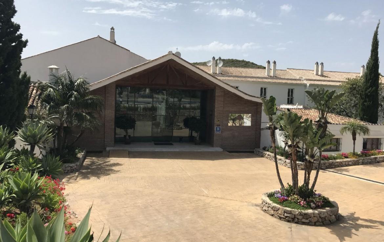 golf-expedition-golf-reis-spanje-Regio-Malaga-Alhaurin-Golf-Resort-voorkant-parkeren-tuin-aloe