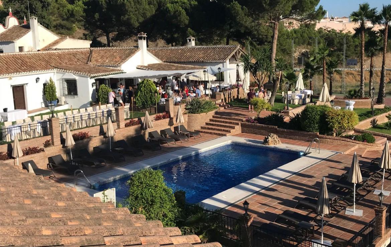 golf-expedition-golf-reis-spanje-Regio-Malaga-Alhaurin-Golf-Resort-zwembad-bad-terras-gezellig-bar