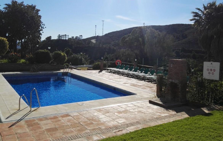 golf-expedition-golf-reis-spanje-Regio-Malaga-Alhaurin-Golf-Resort-zwembad-gras-uitzicht-bedjes