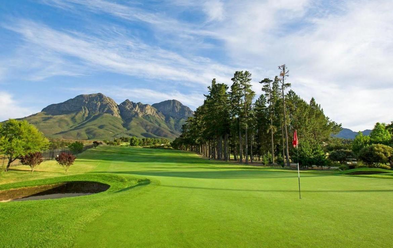 golf-expedition-golf-reis-zuid-afrika-colourful-manor-golfbaan-green-uitzicht-op-bergen.jpg