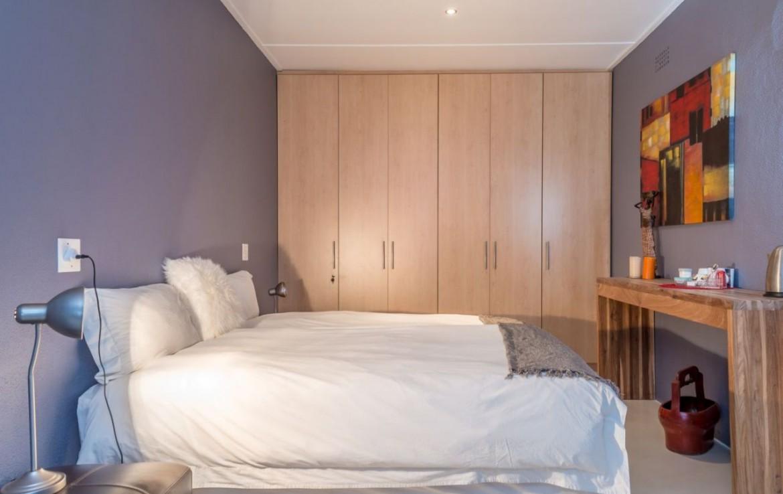 golf-expedition-golf-reis-zuid-afrika-colourful-manor-slaapkamer-met-opslagruimte-bureau.jpg