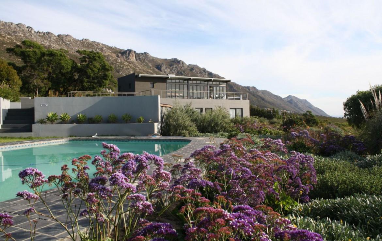 golf-expedition-golf-reis-zuid-afrika-golf-en-gastronomie-zwembad-met-tuin-en-resort-achtergrond.jpg