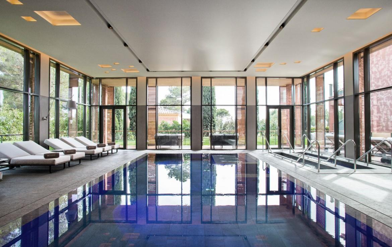 golf-expedition-golf-reizen-Frankerijk-regio- Provence-Hotel-du- Castellet-binnen-zwembad-loungebedjes-blauw-water-modern