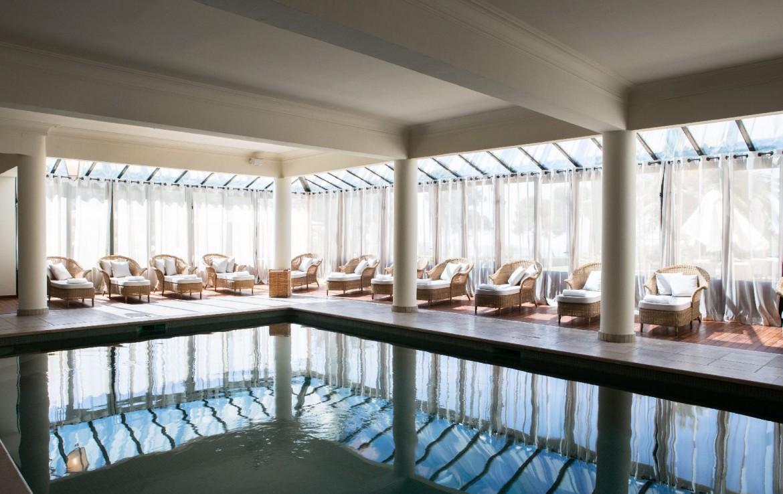golf-expedition-golf-reizen-Frankerijk-regio- Provence-Hotel-du- Castellet-binnne-zwembad-bedjes-donker-modern