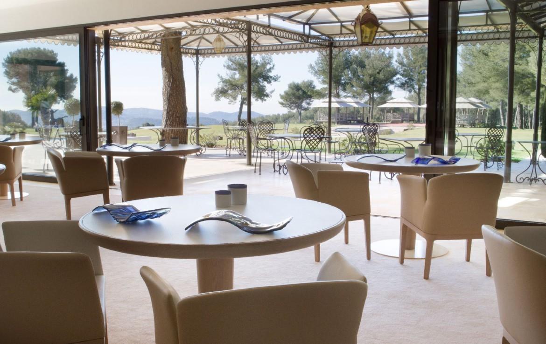 golf-expedition-golf-reizen-Frankerijk-regio- Provence-Hotel-du- Castellet-dineren-tafels-stoelen-uitzicht-eetlocatie