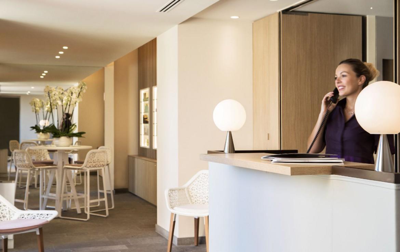 golf-expedition-golf-reizen-Frankerijk-regio- Provence-Hotel-du- Castellet-receptie-medewerker