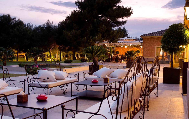 golf-expedition-golf-reizen-Frankerijk-regio- Provence-Hotel-du- Castellet-terras-buiten-eten-voedsel-kaarsen-
