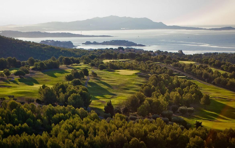 golf-expedition-golf-reizen-Frankerijk-regio- Provence-Hotel-du- Castellet-uitzicht-bos-ver-natuur-gebied