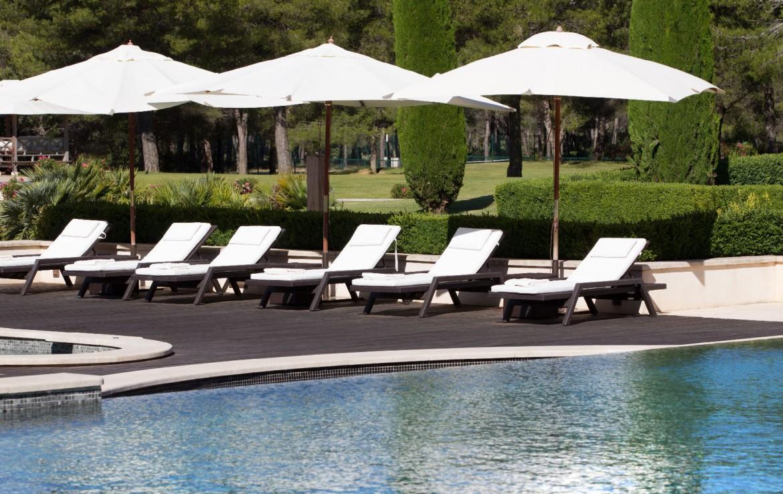 golf-expedition-golf-reizen-Frankerijk-regio- Provence-Hotel-du- Castellet-zwembad-bedjes-terras-parasol