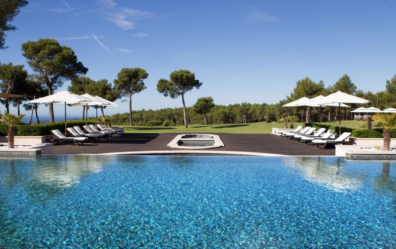 golf-expedition-golf-reizen-Frankerijk-regio- Provence-Hotel-du- Castellet-zwembad-uitzicht-terras