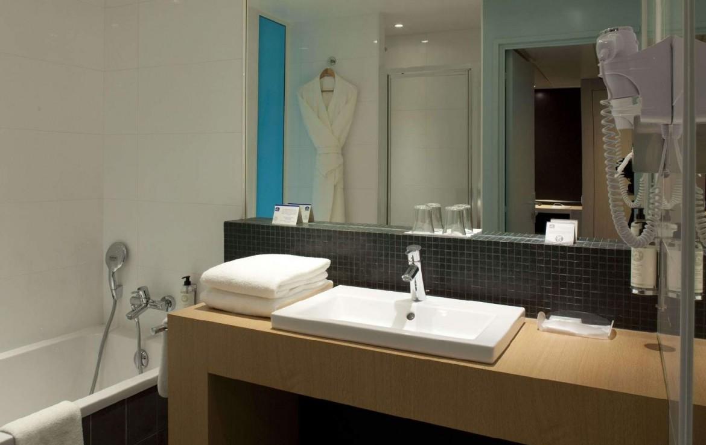 golf-expedition-golf-reizen-Frankerijk-regio- champagne-Hotel-de-la-paix-badkamer-modern-blauw