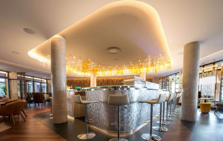 golf-expedition-golf-reizen-Frankerijk-regio- champagne-Hotel-de-la-paix-bar-stoelen-modern-luxe