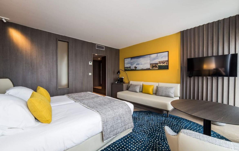 golf-expedition-golf-reizen-Frankerijk-regio- champagne-Hotel-de-la-paix-slaap-kamer-netjes-modern-bed-geel