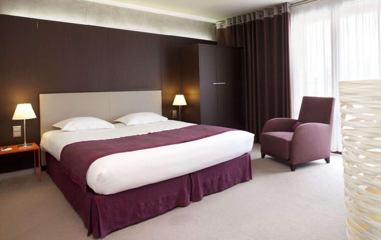 golf-expedition-golf-reizen-Frankerijk-regio- champagne-Hotel-de-la-paix-slaapkamer-bed-stoel-rood